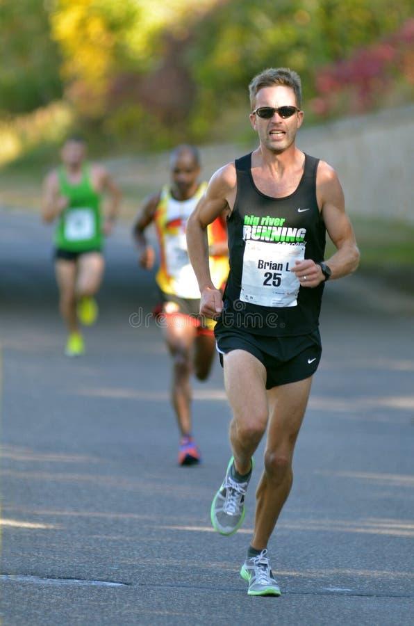 Corredor de maratón en la colina fotos de archivo