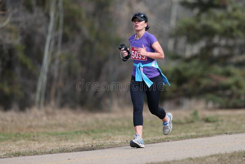 Corredor de maratona fêmea foto de stock