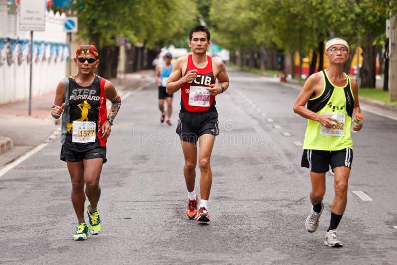 Corredor de maratona na rua imagem de stock royalty free