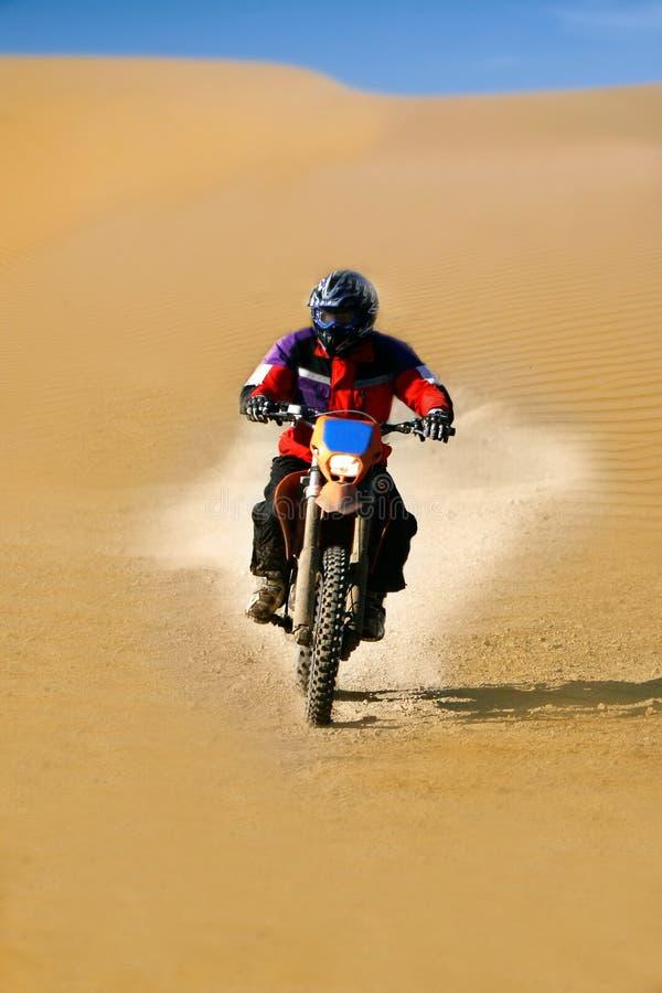 Corredor de Moto en desierto imagen de archivo