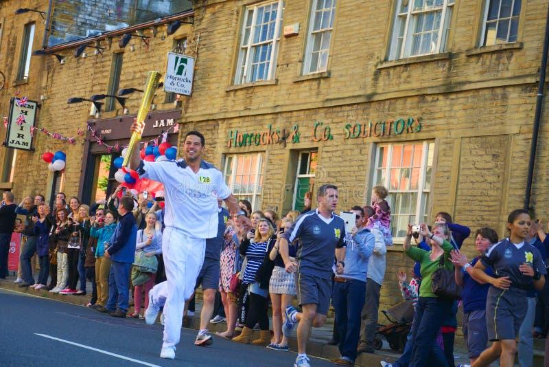 Corredor De Relé Olímpico Da Tocha, Headingley, Leeds, Reino Unido Fotografia Editorial