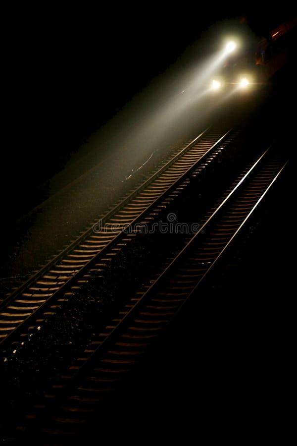 Corredor de trem da noite na trilha fotos de stock