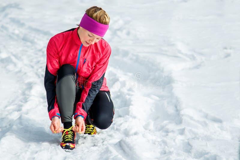 Corredor del invierno que consigue el funcionamiento listo que ata cordones de zapato Entrenamiento hermoso del modelo de la apti foto de archivo libre de regalías