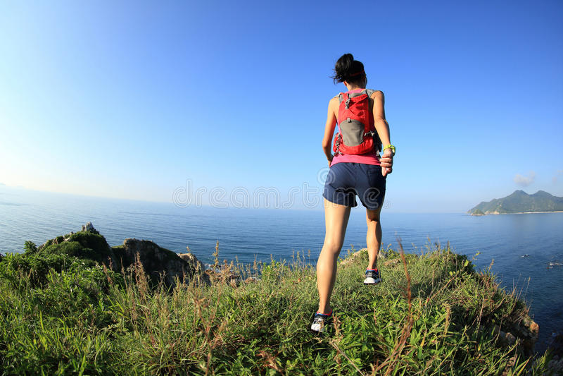 Corredor del rastro de la mujer que corre en la montaña de la playa fotos de archivo libres de regalías