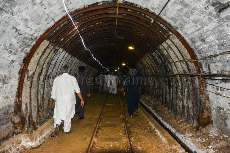Corredor dentro da mina de sal de Khewra fotos de stock