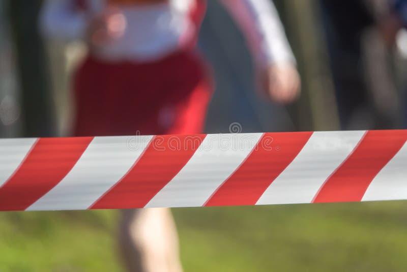 Corredor detrás de una barrera en una raza imagenes de archivo