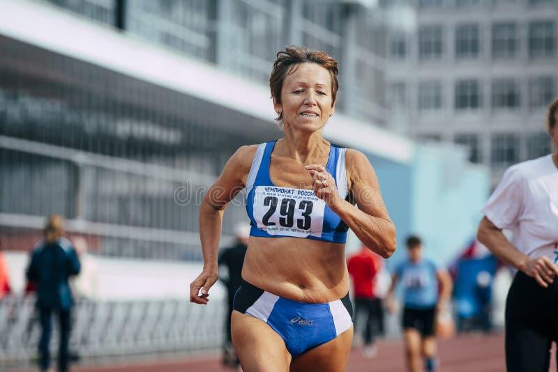 Corredor do atleta da mulher adulta fotos de stock royalty free