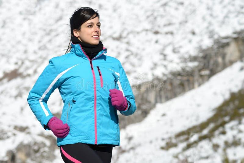 Corredor do inverno do atleta da mulher imagens de stock
