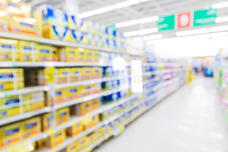 Corredor do supermercado do borrão com o produto do pó de leite da fórmula de bebê no fundo da prateleira foto de stock royalty free