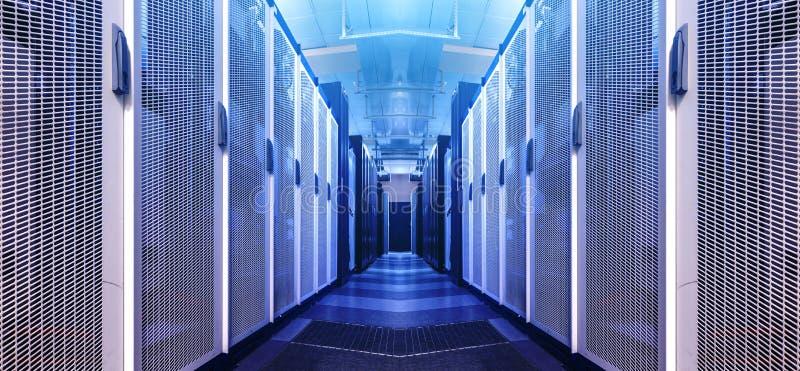 Corredor do visualização da arte do armazém de dados em advertir a tonificação vermelha Fundo grande do centro de dados da tecnol foto de stock