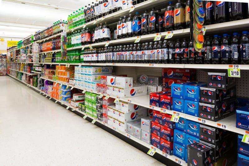 Corredor dos refrescos em um supermercado americano imagem de stock
