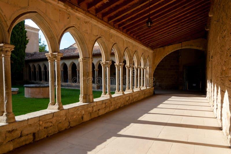Corredor e arcos na abadia do St Hilário em Aude fotografia de stock royalty free