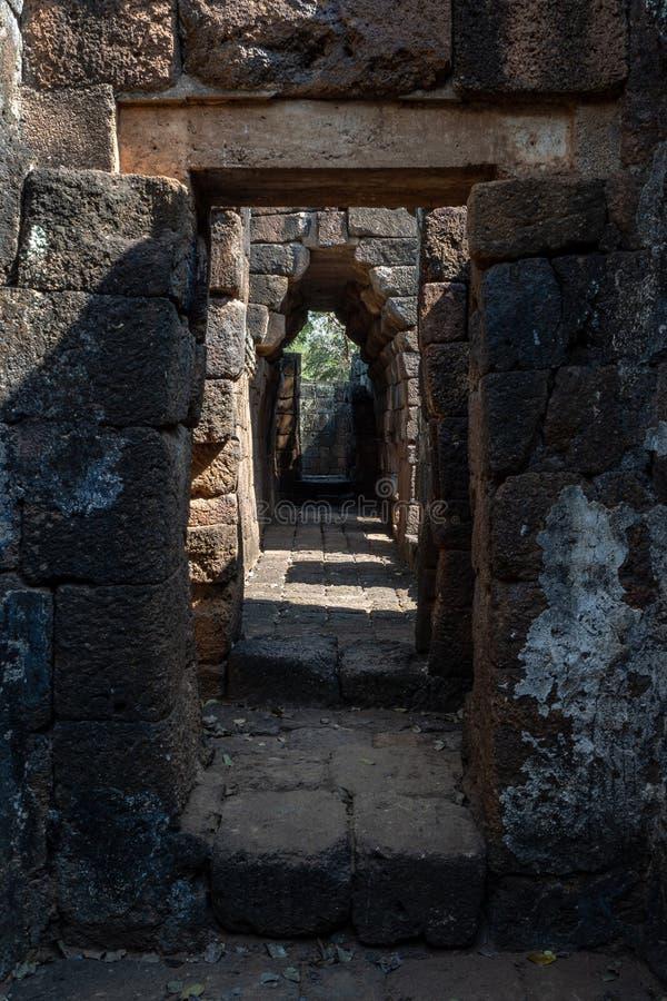 Corredor e entrada estreitos no castelo de pedra asiático antigo fotos de stock royalty free