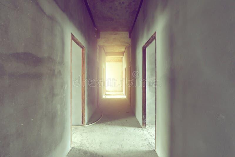 Corredor e sala inacabado da casa interna foto de stock