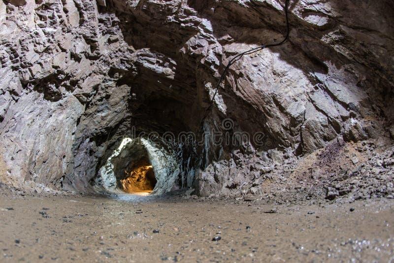 Corredor em uma mina de urânio em desuso Pavimentos velhos cinzelados no imagens de stock