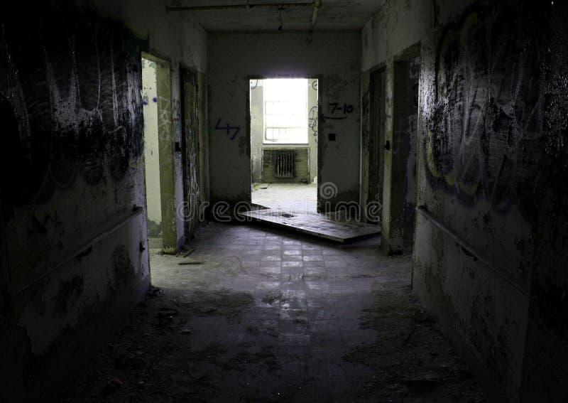Corredor escuro em um hospital abandonado imagens de stock royalty free