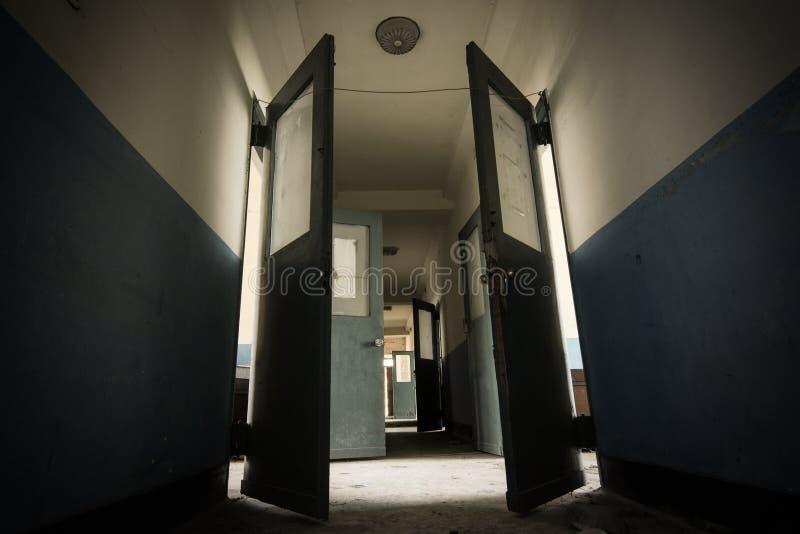 Corredor escuro em um sanatório abandonado assustador e possivelmente assombrado dos anos 30 foto de stock