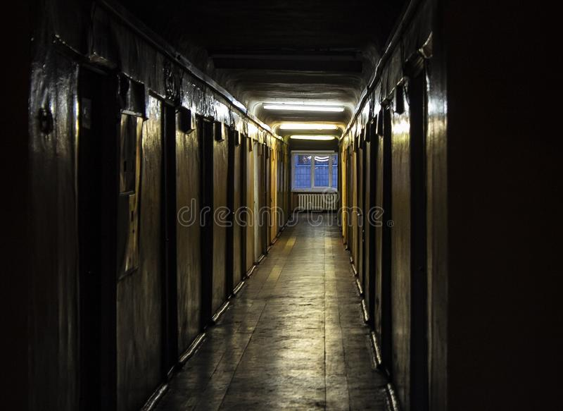 Corredor escuro na casa velha fotografia de stock royalty free