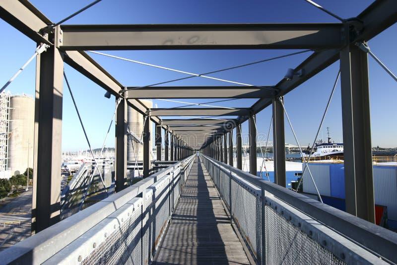 Corredor estreito arquitetónico da infinidade no telhado, parque do silo, Auckland, Nova Zelândia foto de stock