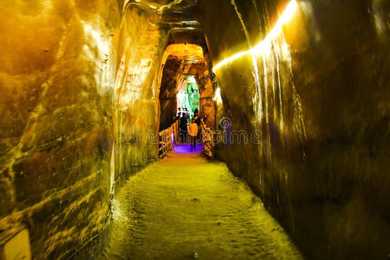 Corredor estreito na mina de sal de Khewra fotografia de stock royalty free