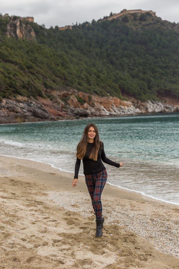 Corredor fêmea apto bonito na praia do inverno imagens de stock royalty free