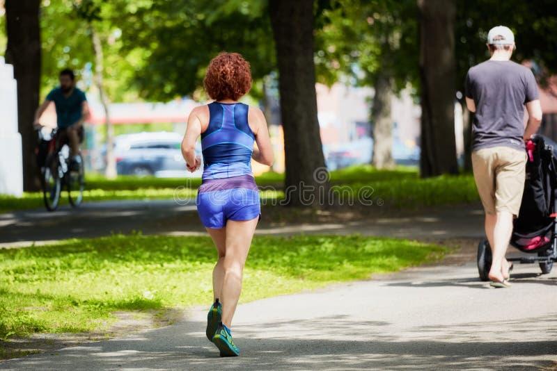 Corredor fêmea que movimenta-se em um parque fotografia de stock