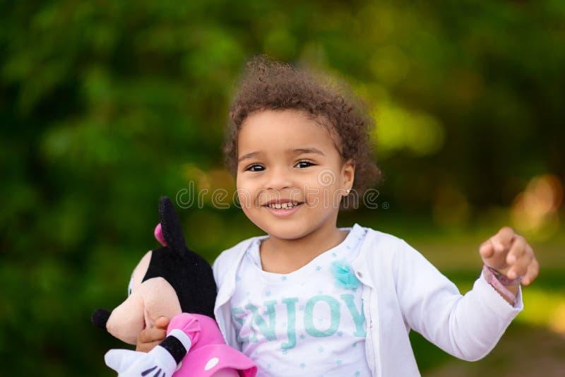 Corredor feliz da menina da criança da raça misturada imagem de stock