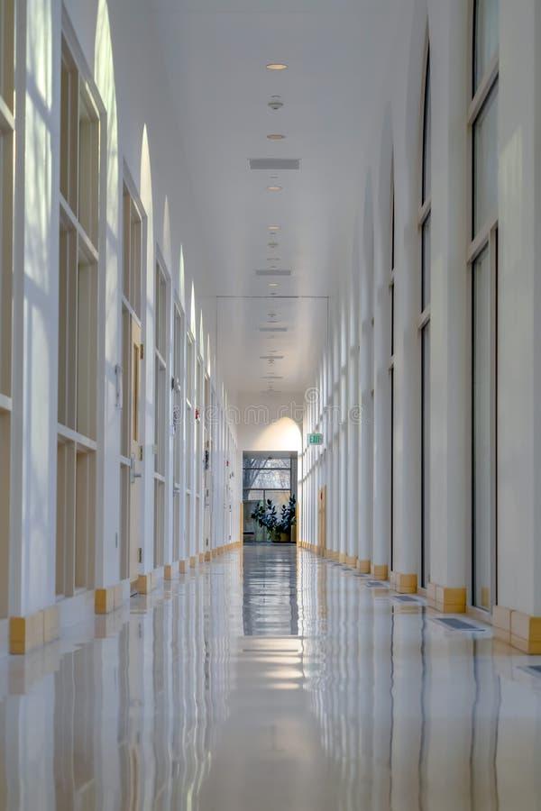 Corredor interior de uma construção com paredes ensolarados fotos de stock