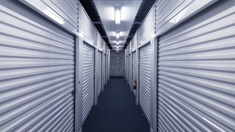 Corredor interno com as portas da unidade de armazenamento do metal em cada lado fotografia de stock royalty free