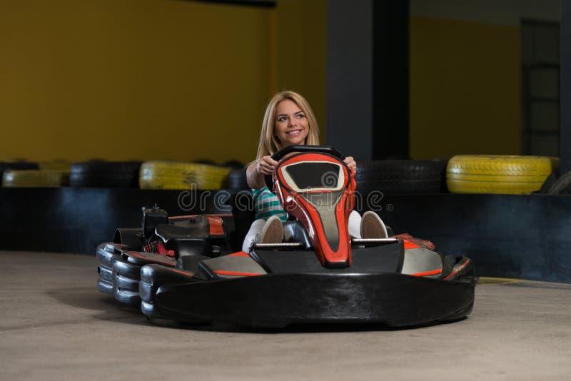 Corredor karting de la mujer joven fotografía de archivo libre de regalías