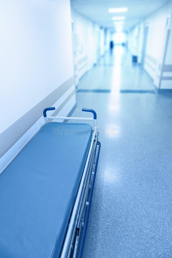 Corredor longo no hospital com marquesa cirúrgica imagens de stock
