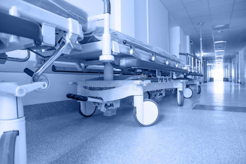 Corredor longo no hospital com transporte cirúrgico fotos de stock royalty free