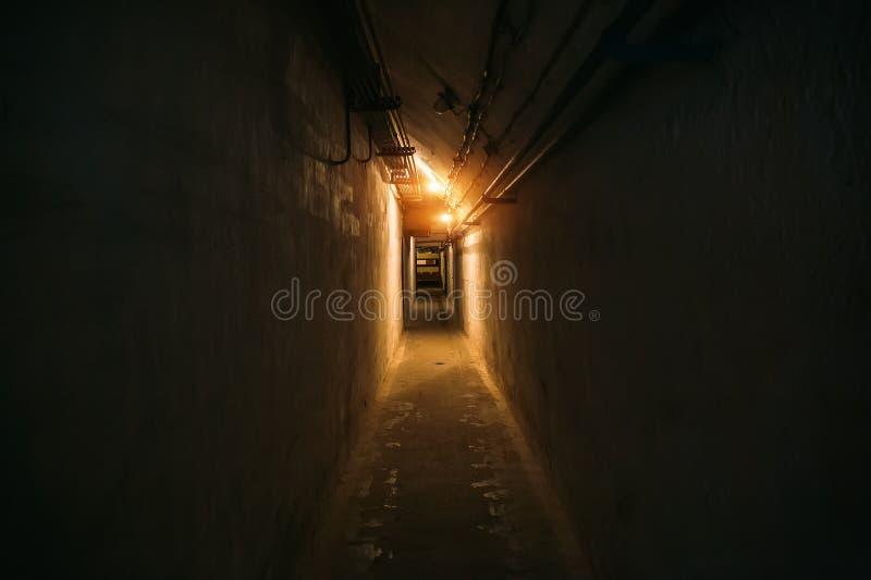 Corredor longo ou túnel iluminado no abrigo de bomba, depósito militar subterrâneo da guerra fria, perspectiva fotografia de stock royalty free