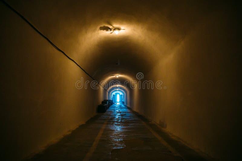 Corredor longo ou túnel iluminado no abrigo de bomba, depósito militar subterrâneo da guerra fria, perspectiva foto de stock