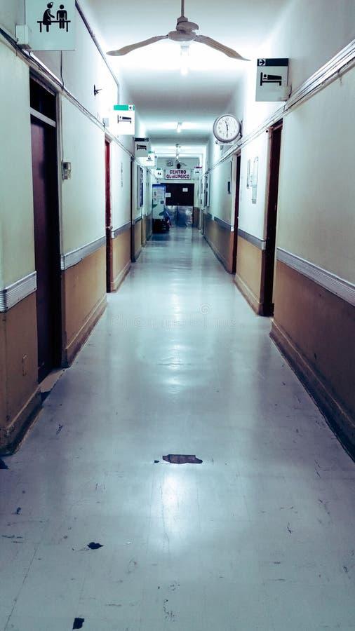 Corredor longo vazio no hospital, na extremidade do corredor você pode ler que diz: centro cirúrgico imagem de stock royalty free