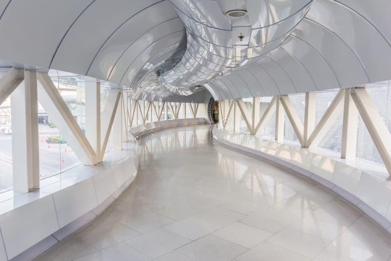 Corredor longo vazio no prédio de escritórios moderno fotos de stock royalty free