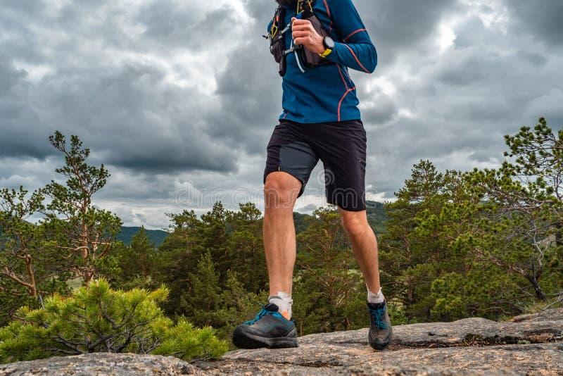 Corredor masculino que corre em uma fuga de montanha fotografia de stock royalty free