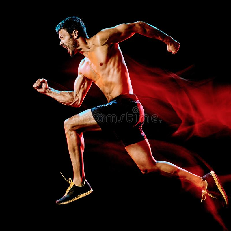 Corredor muscular con las tetas al aire del hombre basculador de funcionamiento que activa el fondo negro aislado fotos de archivo libres de regalías