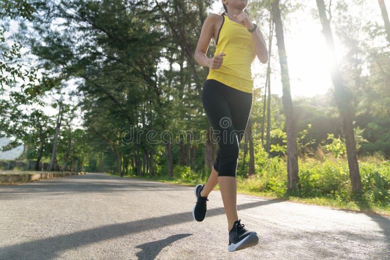 corredor novo que corre na fuga tropical do parque, mulher nova da mulher dos esportes da aptidão do  do ¹ do à do  do ¹ do à d fotografia de stock