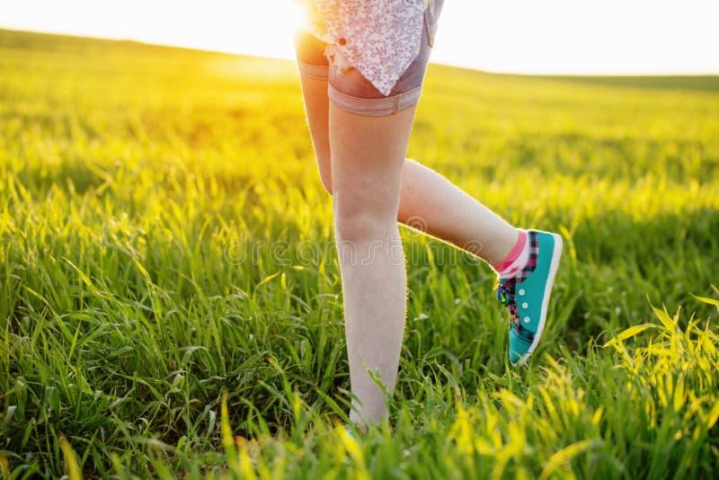 Corredor - primer de las zapatillas deportivas de la muchacha adolescente descalzo imagenes de archivo