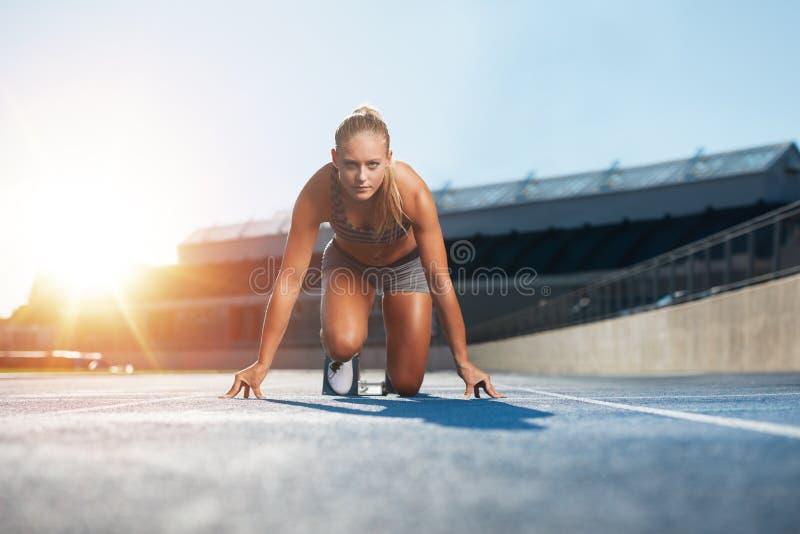 Corredor que practica en estadio del atletismo fotos de archivo