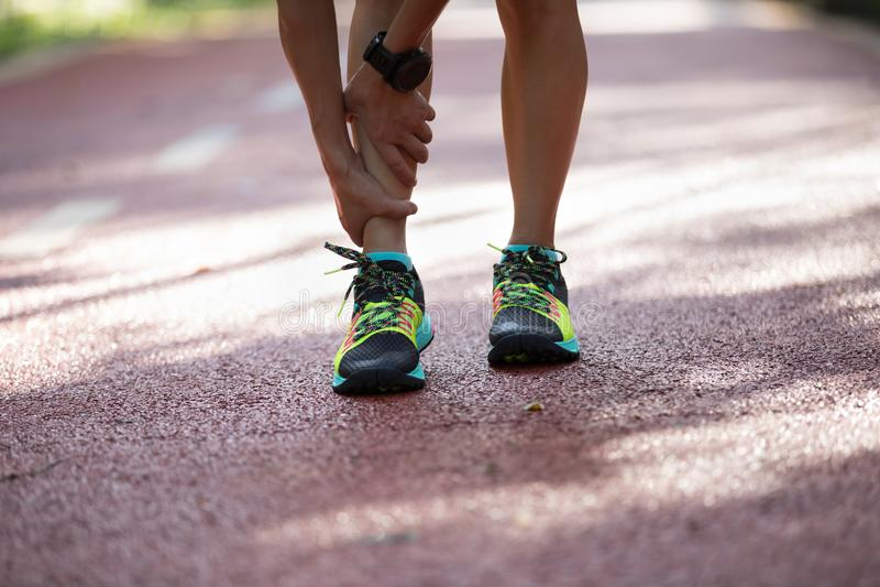 corredor que sufre con dolor en los deportes que corren lesión imágenes de archivo libres de regalías