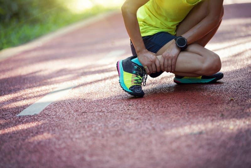corredor que sufre con dolor en los deportes que corren lesión foto de archivo