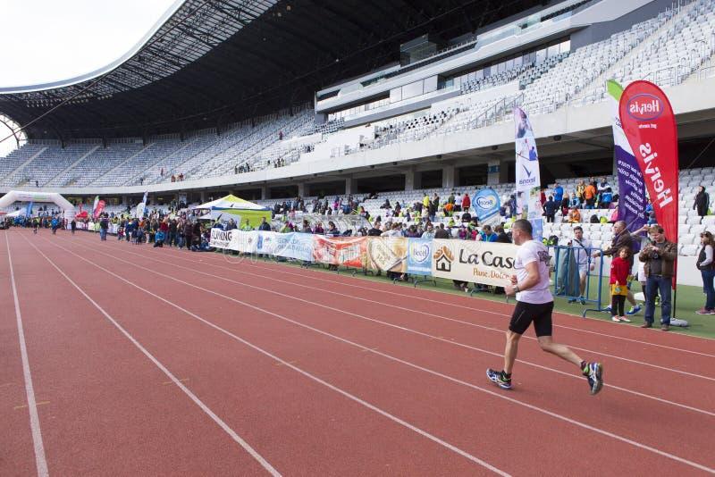 Corredor que termina a maratona do international de Cluj Napoca fotografia de stock