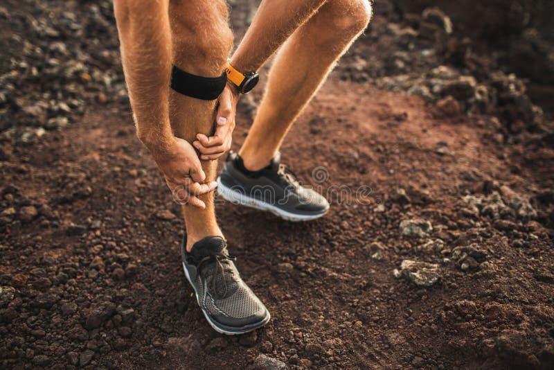 Corredor que usa el vendaje de la ayuda de la rodilla con la lesión en la pierna fotografía de archivo libre de regalías