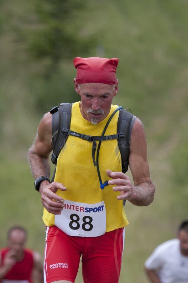 Corredor sênior com headband vermelho foto de stock royalty free