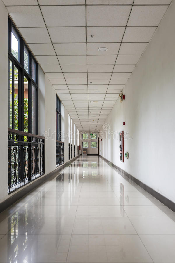 Corredor vazio do escritório no prédio de escritórios moderno com janela de vidro imagem de stock royalty free