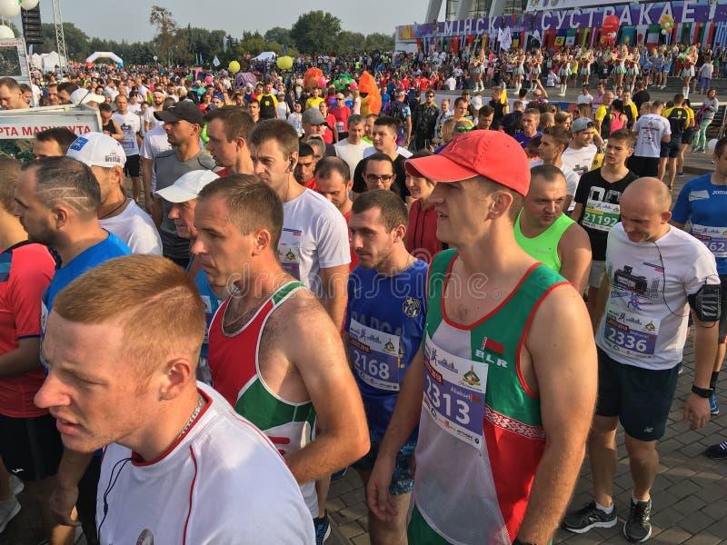 Corredores antes del medio maratón de Minsk imágenes de archivo libres de regalías