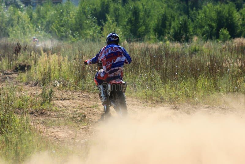 Corredores de la motocicleta en la competencia en la ciudad de Bor Rusia 10 de agosto de 2014 año fotografía de archivo