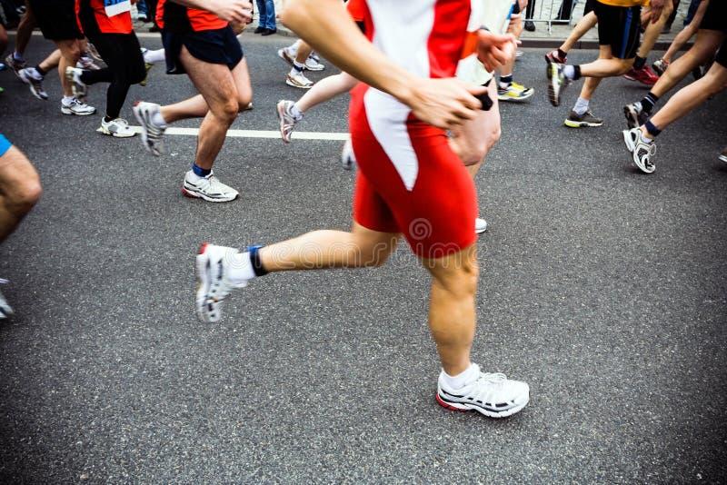 Corredores de maratón, corrida de la ciudad imágenes de archivo libres de regalías